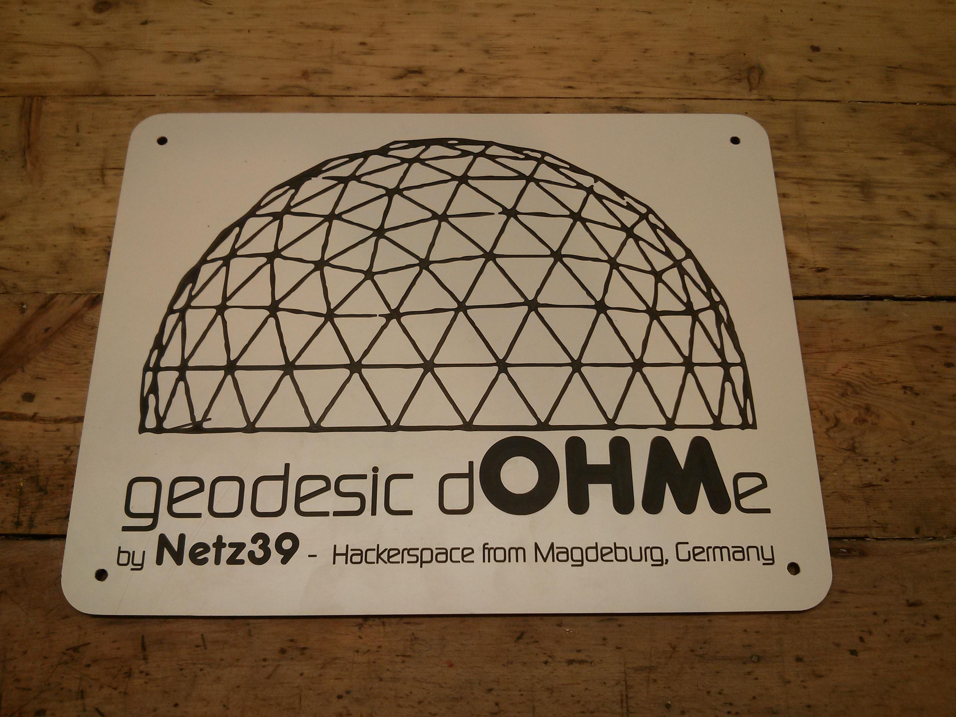Schild für die geodätische Kuppel auf dem Hackercamp OHM2013