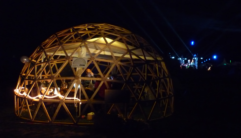 Die geodätische Kuppel bei Nacht.