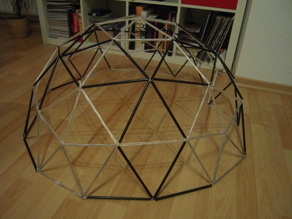 Erster Prototyp einer geodätischen Kuppel aus Trinkhalmen
