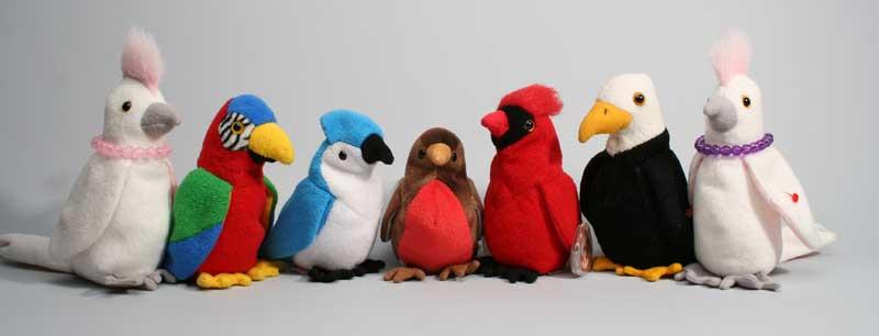 sieben bunte Plüschvögel